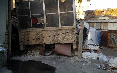 תל אביב: חמישה בני משפחה חולצו ללא פגע ממבנה דו קומתי שהתמוטט – אין נפגעים
