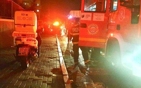 גבר ואישה כבני 70 נפצעו קשה בשריפת בבניין מגורים בלוד