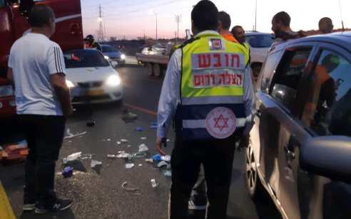 הולך רגל כבן 40 נפצע קשה מפגיעת משאית בכביש 4 סמוך לאשדוד