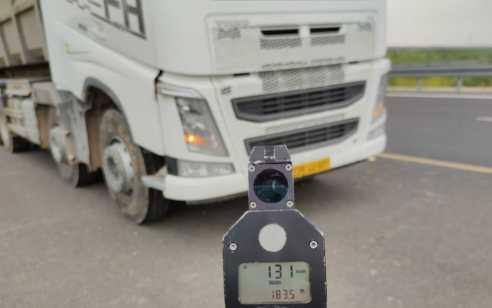 """נהג משאית נתפס נוהג במהירות 131 קמ""""ש"""