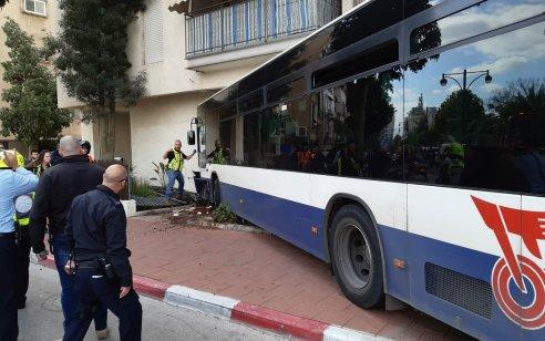 שלושה פצועים, בהם קשה, בהתנגשות אוטובוס בבנין ברמת גן   צפו