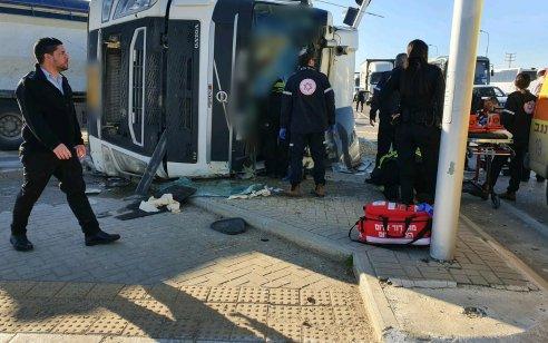 גבר כבן 40 נפצע קשה לאחר שנלכד בתא הנהג כשהמשאית בה נהג התהפכה סמוך לצומת אוהלים