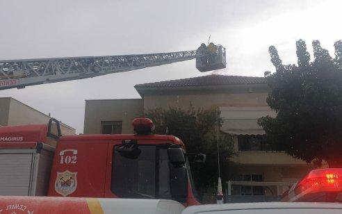 שריפה פרצה בבית בגן יבנה ככל הנראה מפגיעת ברק – אין נפגעים