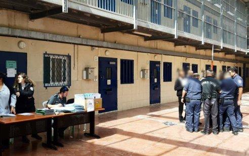 מפקד כלא עופר הודח מתפקידו לאחר שאישר להכניס לכלא סיגריות לאסירים הביטחוניים