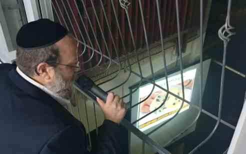 ללא חשש קורונה: הרב יוסף דורפמן בהרצאה מרתקת ממרפסת ביתו לשכניו בנושאי זהירות מחרקים