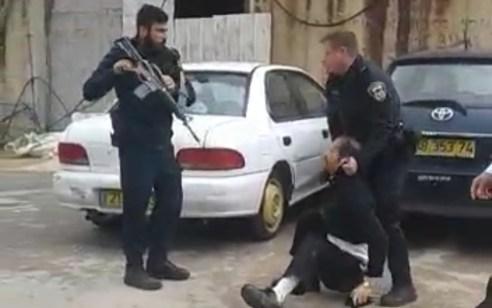 תיעוד קשה: שוטרים גוררים צעיר חרדי בעל מוגבלות  ומכים אותו קשות