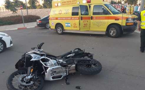 גבר ואישה כבני 30 נפצעו בתאונה בין אופנוע לרכב במודיעין – מצבם בינוני