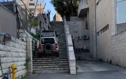 נעצר לחקירה נהג ג'יפ שתועד נוסע על מדרגות במרכז מסחרי בירושלים | תיעוד