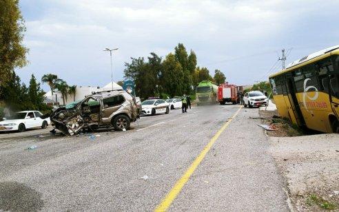 שלושה פצועים, בהם גבר ואישה במצב קשה, בתאונה בין אוטובוס לג'יפ סמוך לעין גב