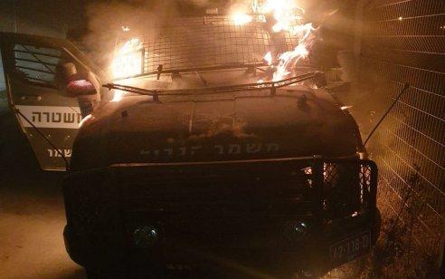 """בקבוקי תבערה הושלכו על רכב מג""""ב שעלה באש ליד אבו דיס – אין נפגעים"""