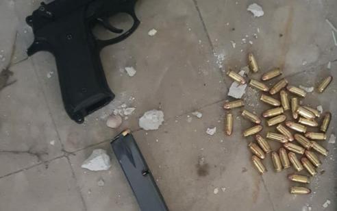 פעילות המשטרה נגד סכסוכים פליליים ביפו: נעצר חשוד בהחזקת 2 אקדחים ועשרות גרמים של הרואין