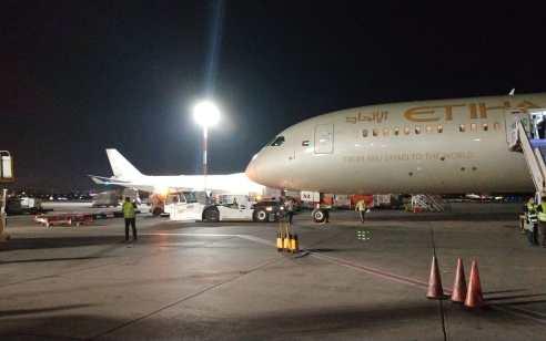 """היסטוריה בנתב""""ג: מטוס של חברת """"איתיחאד"""" מאיחוד האמירויות נחת בישראל"""
