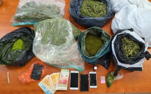 """שני תושבי טירת הכרמל ותושב ת""""א נעצרו בחשד שהחזיקו בדירה סמים מסוכנים וציוד לגידול סמים"""