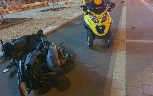 רוכב אופנוע בן 50 נפצע אנוש וצעיר בן 19 קל בתאונה בין רכב לאופנוע בפתח תקווה