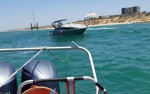 אשקלון: השיטור הימי חילצו סירה רגע לפני התרסקותה על שובר הגלים