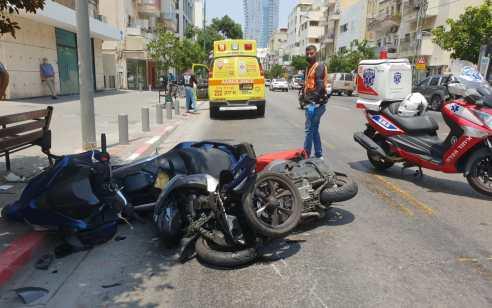 שני צעירים נפצעו בינוני בתאונת אופנועים בתל אביב
