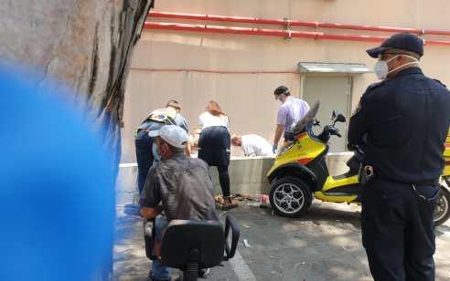 פתח תקווה: בן 60 מעד מחומה ונחבל בראשו – לאחר החייאה נקבע מותו