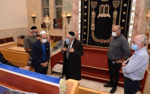 """תשעה באב בצל הנגיף: פרוייקטור הקורונה סייר בבתי הכנסת – """"הציבור ראוי להערכה על הציות וההקפדה"""""""