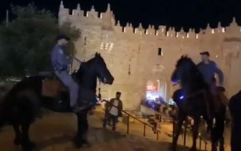 שלושה ערבים נעצרו אתמול לאחר שתקפו יהודים שעברו באזור שער שכם