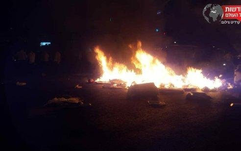עשרות קיצוניים חרדים חסמו כבישים בירושלים והבעירו פחים – נהג רכב דהר לעברם ונמלט מהמקום | תיעוד