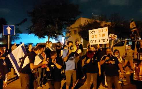 """המחאה מול בית נשיאת העליון נמשכת: """"אסתר חיות- תתפטרי!"""""""