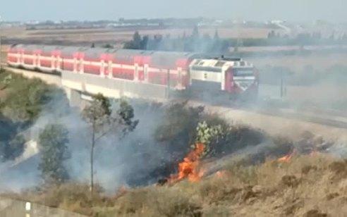 טרור הבלונים: שריפה פרצה בסמוך למסילת רכבת בעוטף עזה – לפחות 33 שריפות פרצו מהבוקר