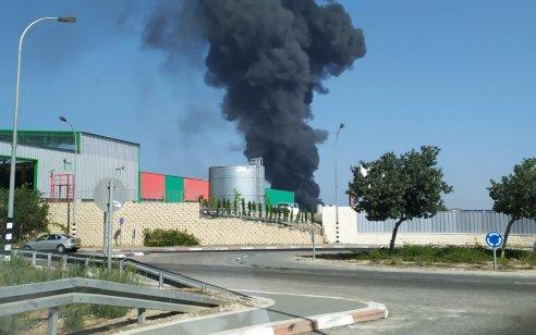 שריפה גדולה במפעל באזור התעשייה בעכו – כביש 4 הסמוך נחסם