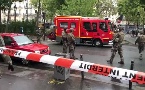 """צרפת: 4 בני אדם נפצעו בפיגוע דקירה ליד המשרד לשעבר של המגזין """"שרלי הבדו"""" בפריז"""