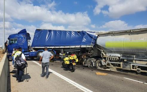 הרוג ושני פצועים קל בתאונה בין 3 משאיות בכביש 6 בין מחלף אייל לניצני עוז