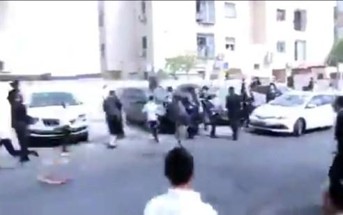 """תיעוד: שוטר זרק דלי על נער בביתר עילית. המשטרה: """"השוטר פעל באופן חמור, מח""""ש תבדוק"""""""