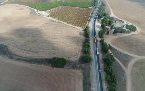 תיעוד מרחפן המשטרה: נהג משאית חוצה קו הפרדה מסכן את משתמשי הדרך וגורם לרכב לסטות מנתיבו