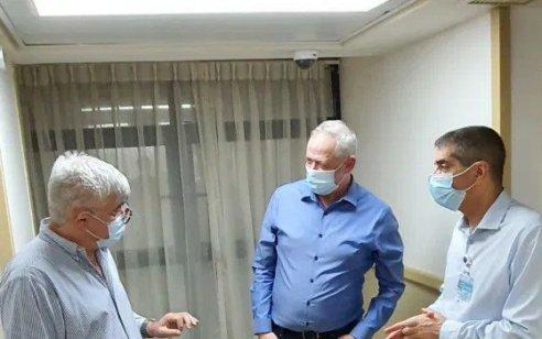 שר הביטחון גנץ עבר בדיקות בבית החולים תל השומר לאחר שחש ברע