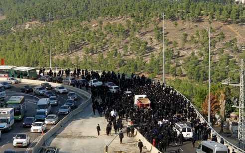 עימותים עם שוטרים בהלוויית הרב דוד פיינשטיין בירושלים – 2 חשודים נעצרו | תיעוד
