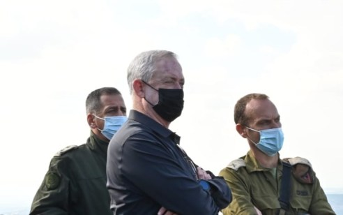 """שר הביטחון גנץ בסיור בצפון: """"מדינת סוריה נושאת באחריות למטענים שנמצאו ברמת הגולן"""""""