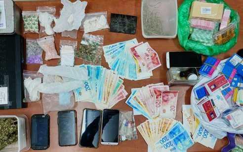 תושב אור יהודה נעצר בחשד לסחר בסמים – ברשותו נתפסו סמים מסוג פטריות הזיה, קוקאין, הירואין ואקסטזי