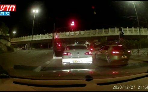 צפו: נוסע במהירות מופרזת, חוצה צומת באדום וכמעט גורם לתאונה קטלנית