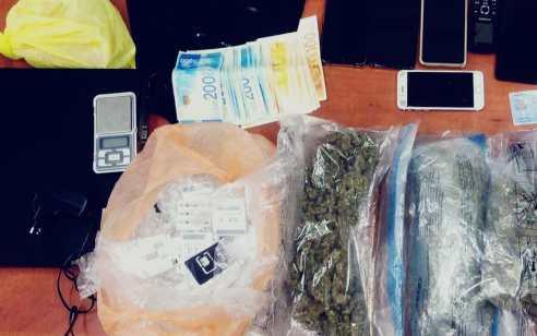 """תושב ת""""א בן 58 נעצר בחשד להחזקת מאות גרמים של חומרים החשודים כסמים"""