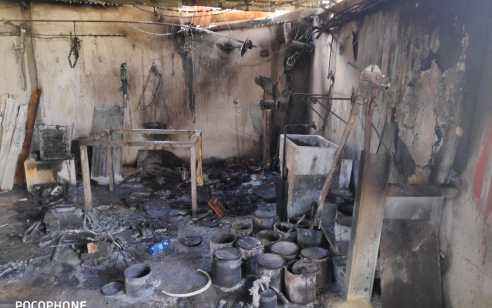 מושב ירחיב: שריפה פרצה במסגרייה והתפשטה לגג של מבנה סמוך