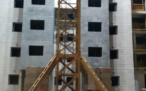 מנופאי נפל מגובה באתר בניה בגדרה – מצבו קשה