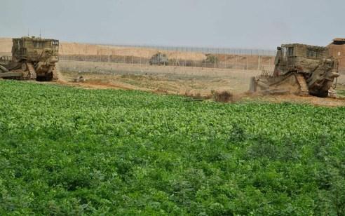 """מחבלים ירו פעמיים לעבר דחפורים של צה""""ל שפעלו בגזרת כיסופים – צה""""ל השיב בירי"""