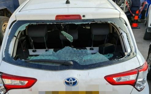 צפו: עשרות תקפו רכב משטרתי בכניסה לישוב חשמונאים – 4 חשודים נעצרו