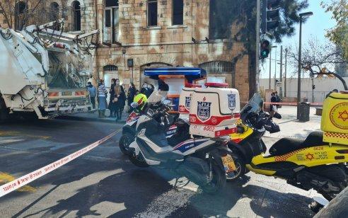 הולכת רגל בת 63 נהרגה מפגיעת משאית אשפה סמוך לתחנה המרכזית בירושלים