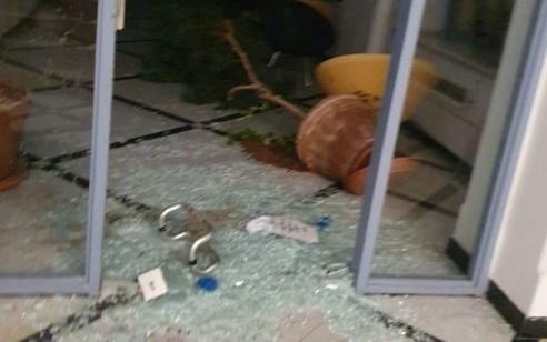 עשרות מפגינים הגיעו לבניין עיריית ירושלים וגרמו נזק לרכוש | תיעוד