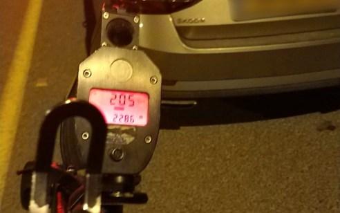 """נהג חדש בן 19 נתפס נוהג במהירות חריגה של 205 קמ""""ש"""