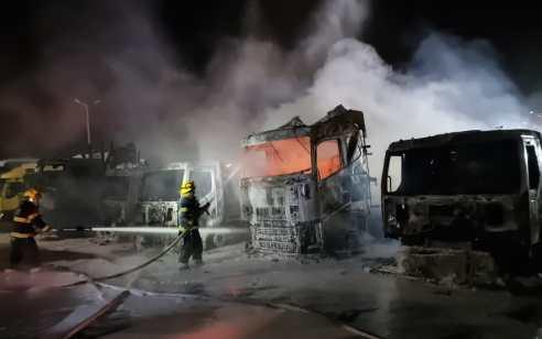 המשטרה חוקרת הצתת מוסך עם 8 משאיות באזור התעשיה בחיפה