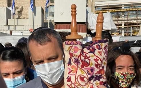 בניגוד לפיסקת בג״ץ: חבר הכנסת גלעד קריב ניצל את חסינותו כדי להכניס לרחבת הכותל ספר תורה