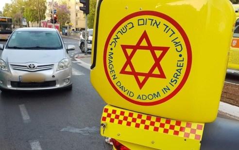 הולך רגל כבן 80 נפצע קשה מפגיעת רכב בתל אביב