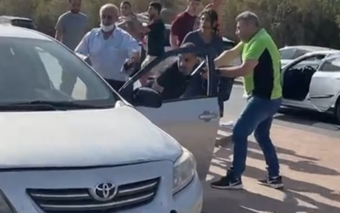 ערבי נעצר לאחר שדקר יהודי במצב בינוני עד קשה במהלך הפגנה בבאר שבע – שוטר ירה באוויר | תיעוד