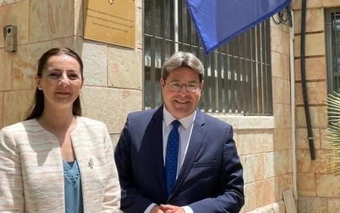 לראשונה: שר בממשלת ישראל קיים פגישה עם שגרירת קוסובו בבניין השגרירות בירושלים