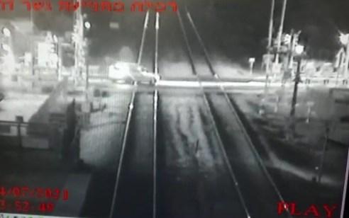 תחת מעקב של אנשי הרכבת: נסע בפראות, איבד שליטה על רכבו ונתקע על מסילת הרכבת